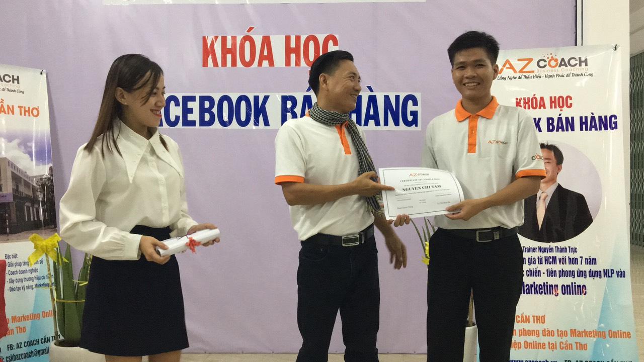 trao giấy chứng nhận cho chuyên gia Nguyễn Chí Tâm